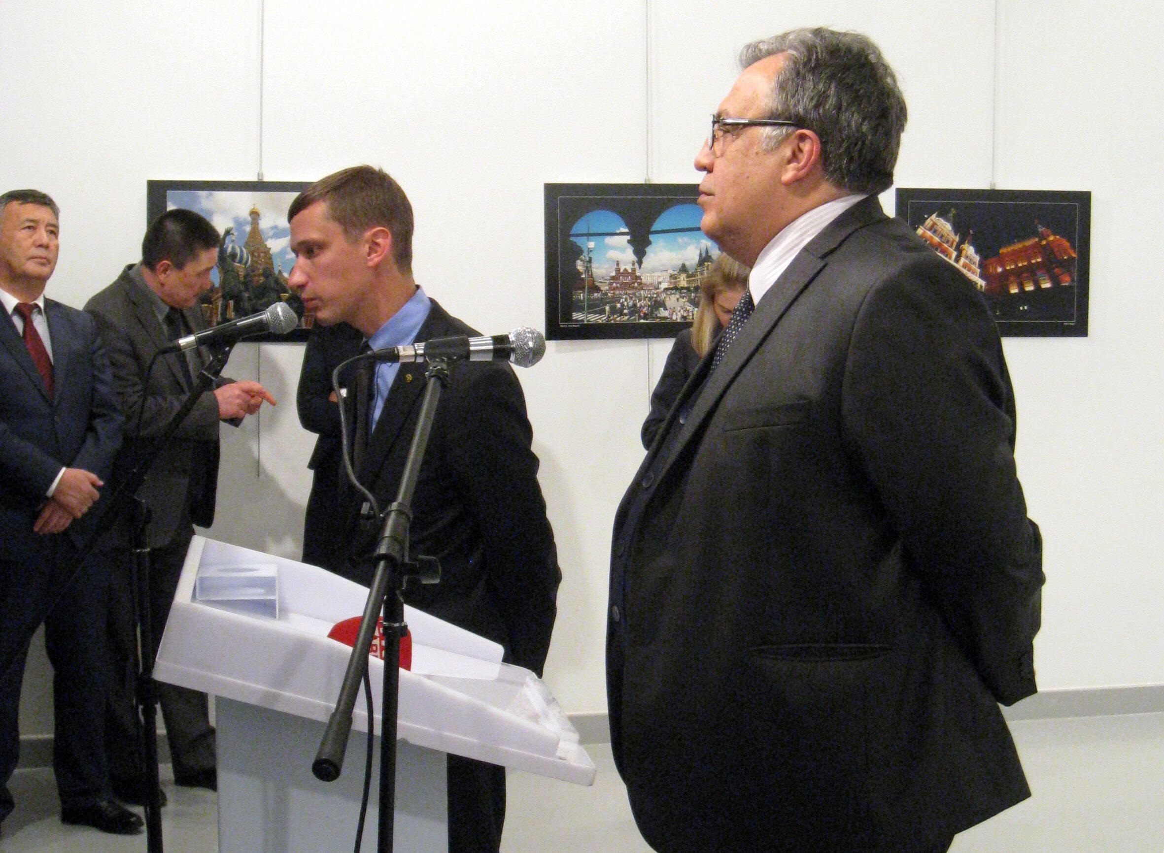 Андрей Карлов (справа) перед убийством на открытии фотовыставки в Анкаре. 19 декабря 2016 г.