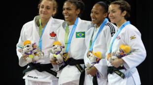 A brasileira Érika Miranda (segunda da esquerda para a direita) em meio às colegas de Cuba, Estados Unidos e Canadá na prova de judô de 52kg.