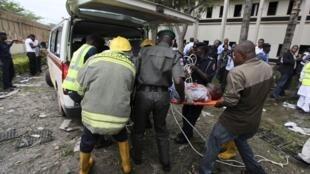 Abuja, le 26 août 2011. Une victime de l'attentat contre les bureaux de l'ONU, en train d'être évacuée.