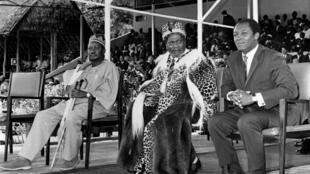De gauche à droite : Oginga Odinga, le président Jomo Kenyatta et le ministre de la Défense,  Njoroge Mungai lors des célébrations du deuxième anniversaire de l'indépendance du Kenya, le 16 septembre 1965.
