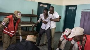 Kinshasa, le 26 février 2018. Deux morts ont été recensés par les médias et l'ONU lors de la répression d'une nouvelle marche organisée par le Comité laïc. Cet homme réagit au décès de la première victime, à Kinshasa.