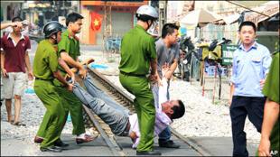 Bắt người trong cuộc biểu tình phản đối Trung Quốc tại Hà Nội, 17/07/2011 (nguồn: internet)