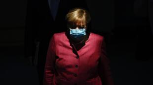 La canciller Angela Merkel llega con mascarilla a una sesión del Parlamento alemán, el 30 de septiembre de 2020 en Berlín