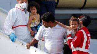 Les migrants secourus par la marine italienne débarquent dans le port sicilien de Porto Empedocle, le 26 mai 2016.