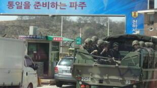 Sur la route nationale n°1, côté sud-coréen. «La porte de l'unification», peut on lire sur le portique de ce point de contrôle situé à 9,5 km de la «zone commune de sécurité» entre la Corée du Nord et la Corée du Sud.