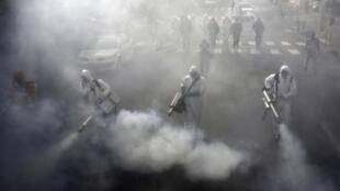 伊朗德黑兰街头消毒人员