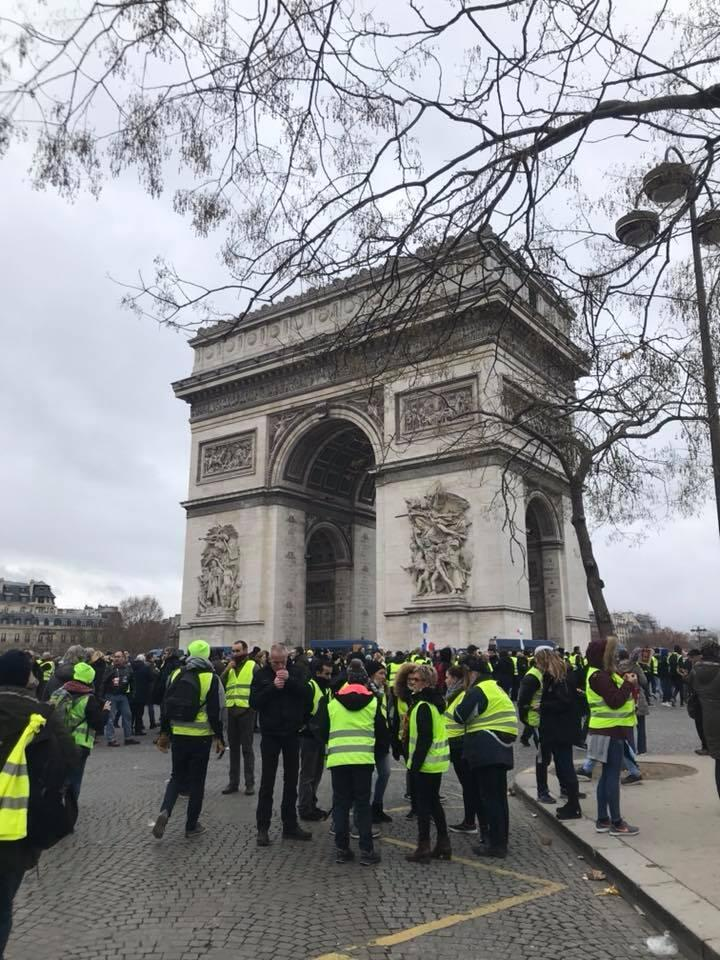 Acto9: Coletes Amarelos junto ao Arco do Triunfo, Paris.