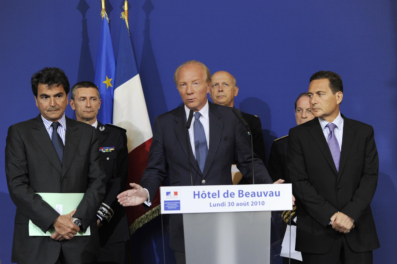 Bộ trưởeng Nội vụ Pháp Brice Hortefeux (giữa) và bộ trưởng bộ Di trú Eric Besson trong cuộc họp báo về chủ trương trục xuất  người Roms hôm 30/8/2010