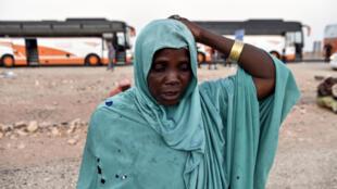 Une femme originaire du Niger se rend à un centre pour migrantsn dans le sud de l'Algérie.
