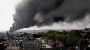 Облако дыма накрыло Руан и его окрестности после пожара на химзаводе