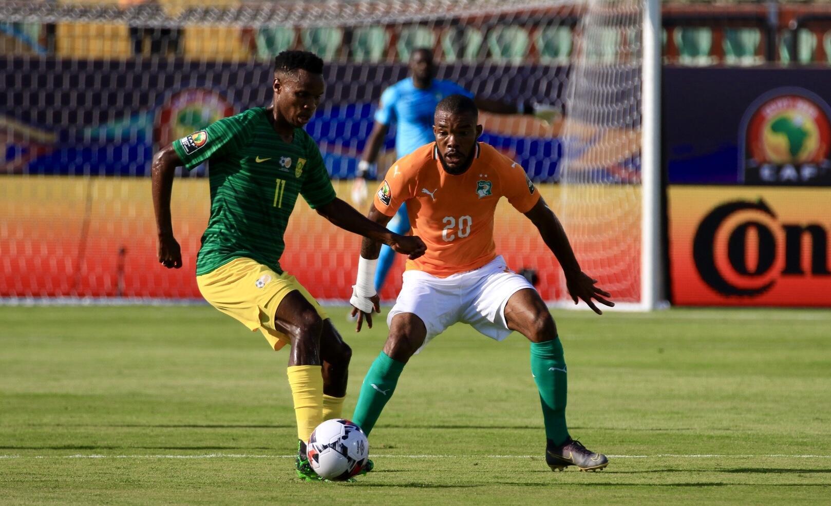 Le Sud-Africain Themba Zwane à la lutte avec l'Ivoirien Serey Die, le 24 juin 2019.