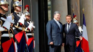 Президента Украины будут встречать в Елисейском дворце со всеми положенными по статусу почестями. На фото: первая встреча Макрона и Порошенко в Париже. 27.06.2017