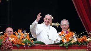 Papa Francisco acena para fiéis reunidos na praça São Pedro, neste domingo de Páscoa (21).