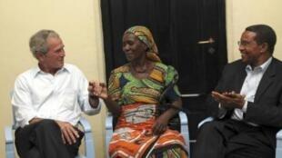 Tsohon Shugaban kasar Amurka  George Bush  tare da shugaban kasar Tanzania Jakaya Kikwete lokacin da suka kai ziyara ga wata da ta samu tsira daga cutar Cancer Theresia Cosmas Chibongo