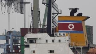2013年7月16日,一艘朝鲜货船在巴拿马被当局拦截。巴方警察怀疑此船只非法运送导弹材料。