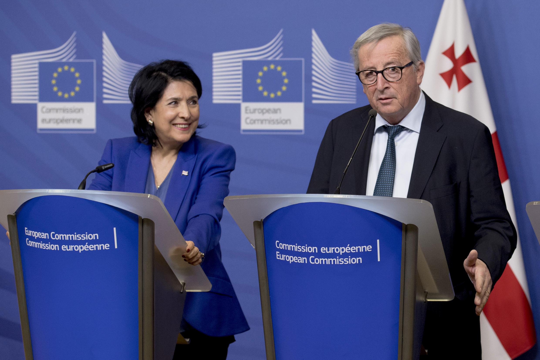 Президент Грузии Саломе Зурабишвили и глава еврокомиссии Жан-Клод Юнкер на совместной пресс-конференции в Брюсселе 22 января