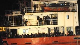 懸掛摩爾多瓦國旗的《藍天號》輪船載着900名難民偷渡客漂流在意大利東南海岸  2014年12月31日
