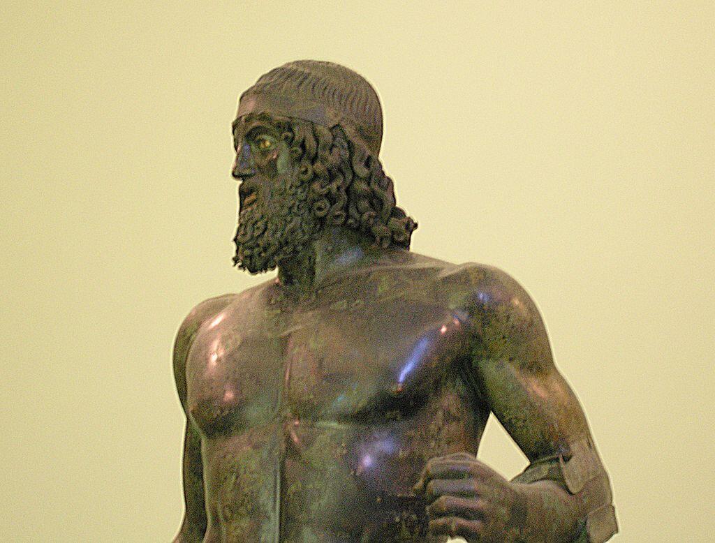Les deux bronzes de Riace (ici la statue A, dit encore le Jeune) sont fièrement dressés au musée archéologique de Reggio de Calabre.