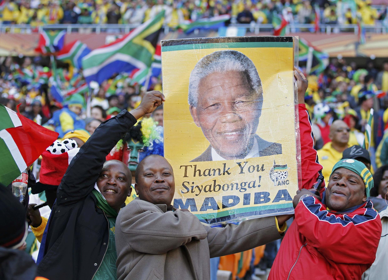 Cổ động viên Nam Phi giương ảnh Nelson Mandela trong lễ khai mạc Cúp Bóng Đá Thế Giới, 11/06/2010