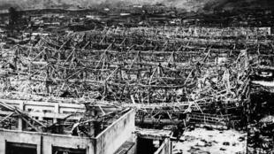 Nagasaki dévastée après la bombe atomique larguée sur la ville par le B-29 de l'US Air Force, le 9 août 1945.