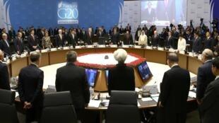 Tại Thượng đỉnh ở Antalya, Thổ Nhĩ Kỳ, ngày 15/11/2015, lãnh đạo G20 dành một phút mặc niệm các nạn nhân vụ khủng bố tại Paris.