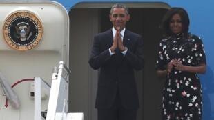美國總統奧巴馬夫婦結束訪印在新德里機場向人們告別2015年1月27日