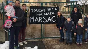 A Marsac en Livradois, des parents d'élèves d'une école primaire dénoncent le projet de suppression d'une classe.