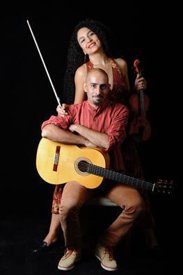 """"""" آیدا نصرت"""" خواننده و نوازنده ویلن و """"بابک امیرمبشر"""" نوازنده گیتار، بنیانگذاران """"گروه مانوشان"""" ."""