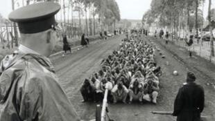 Wasu 'Yan kabilar Mau Mau da dakarun Birtaniya su ka tsare a lokacin mulkin mallaka