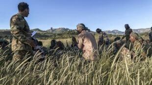 Des membres d'une milice Amhara combattant aux côtés des forces fédérales s'entraînent dans un village au nord de Bahir Dar, le 10 novembre 2020.