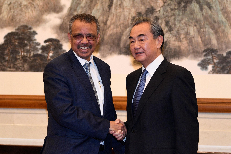 Tổng giám đốc WHO Tedros Adhanom (T) gặp ngoại trưởng Trung Quốc Vương Nghị (Wang Yi) ngày 28/01/2020 tại Bắc Kinh.