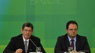 Os ministros da Fazenda, Joaquim Levy (esquerda), e do Planejamento, Nelson Barbosa, anunciam o pacote fiscal em Brasília.