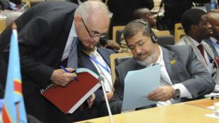 O presidente do Egito, Mohamed Morsi (d) e o novo ministro das Relações Estrangeiras, Mohamed Kamel Amr, em foto do dia 15 de julho.