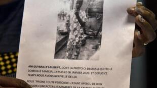 """Cartazes distribuídos pela família e professores de Laurent exibem a foto do menino e pedem: """"imploramos para quem o viu contatar urgentemente seus familiares""""."""