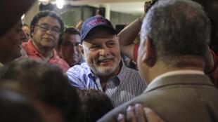 (ARCHIVO) El expresidente de Panamá, Ricardo Martinelli (centro) , es recibido por familiares y amigos en una fiesta privada en la Ciudad de Panamá, el 9 de agosto de 2019.  El exgobernante es investigado en su país por escuchas telefónicas ilegales, malversación de fondos públicos y blanqueo de capitales.