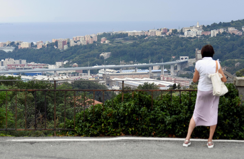 Ponte San Giorgio, ao fundo, substitui e Ponte Morandi, que desabou em 14 de agosto de 2018 matando 43 pessoas.