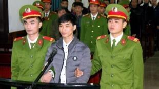 Nhà báo Nguyễn Văn Hóa bị xét xử tại tòa án ở tỉnh Hà Tĩnh, tháng 11/2017.