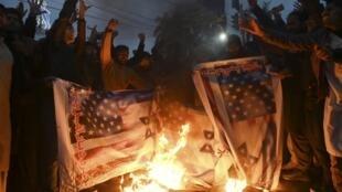 Người dân Pakistan theo hệ phái Shia đốt cờ Mỹ và Israel sau vụ tướng Iran Qassem Soleimani bị triệt hạ