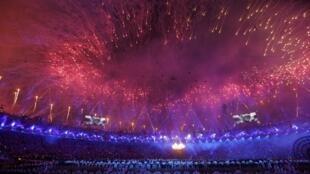 Fogos iluminam o céu de Londres na cerimônia de abertura dos Jogos 2012