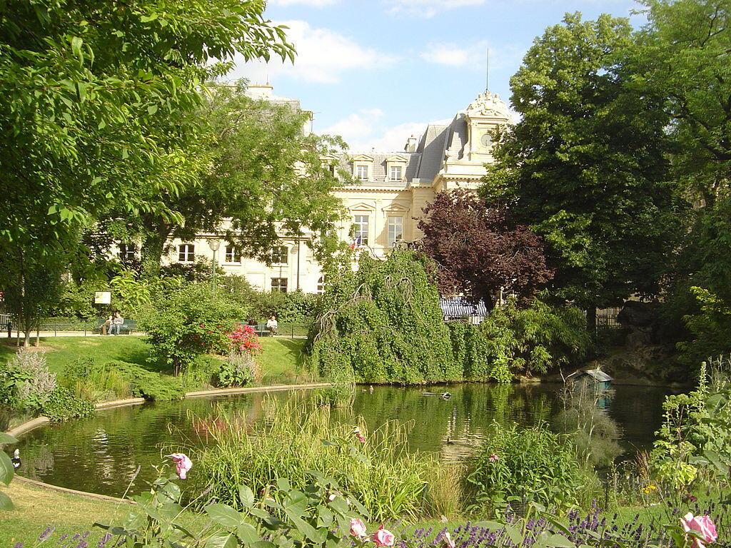Сад около мэрии 3 округа Парижа, курение в котором отныне запрещено.