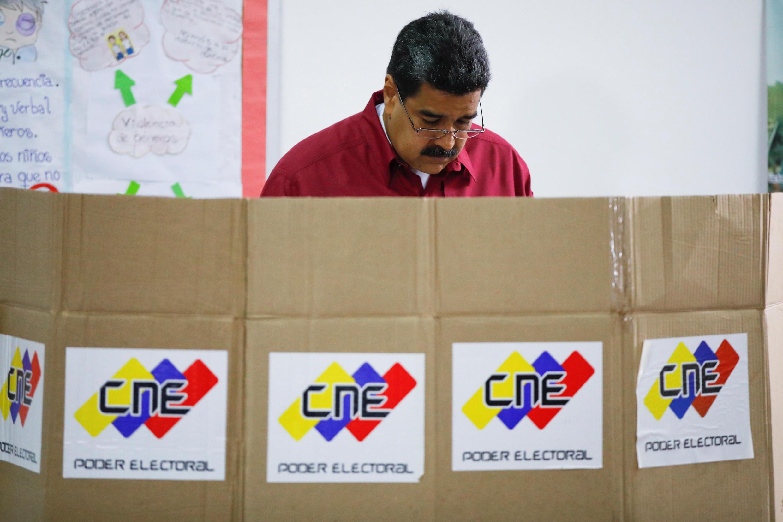 نیکلاس مادورو در حال رأی دادن