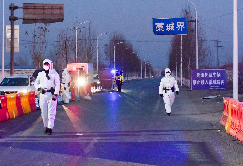 Công an Trung Quốc kiểm soát xe cộ đến từ tỉnh Hà Bắc (Hebei). Ảnh chụp ngày 06/01/2021.
