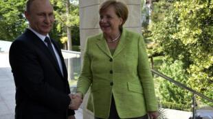 Канцлер Германии Ангела Меркель встречается с российским президентом Владимиром Путиным в Сочи во вторник, 2 мая 2017.
