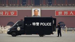 Xe cảnh sát túc trực trên quảng trường Thiên An Môn - Bắc Kinh. Ảnh chụp ngày 03/03/2012.