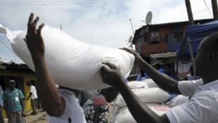 Phân phối lương thực cho người dân ở West Point, Liberia, bị cách ly do có dịch Ebola