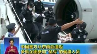 Capture d'écran d'une vidéo de la télévision chinoise montrant le rapatriement, le 9 juillet 2020, de 109 Ouighours expulsés par les autorités thaïlandaises.