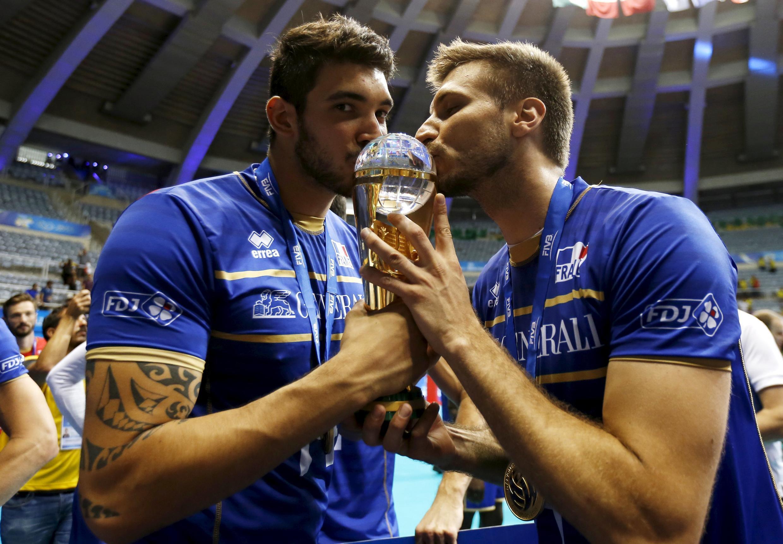La France tient son premier titre international en volley, la Ligue mondiale, en battant la Serbie à Rio de Janeiro . Nicolas Le Goff (G) et Antonin Rozier (D) fêtent la victoire