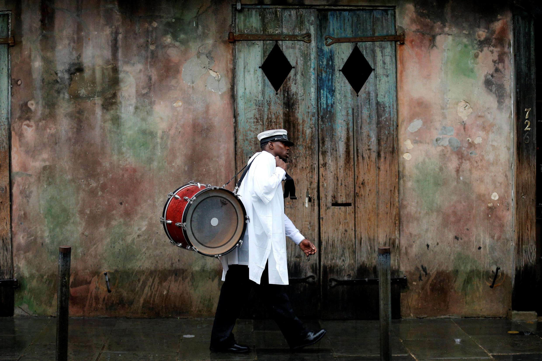 Un músico camina en el barrio francés en Nueva Orleans mientras el huracán Nate se acerca a la costa del estado de Louisiana, EEUU, el 7 de octubre de 2017.