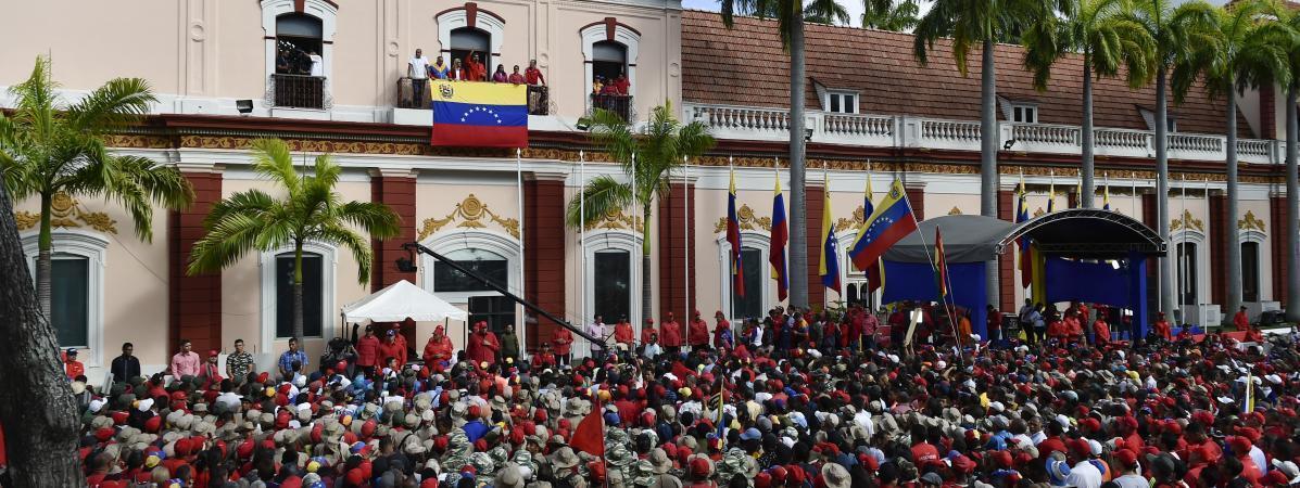 """眾多人聚集在委內瑞拉總統府""""觀花宮""""(Miraflores)前       2019年1月23日"""