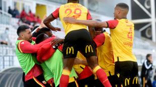 L'euphorie des joueurs de Lens après un but lors du match de Ligue 1 à domicile contre Nîmes, le 25 avril 2021